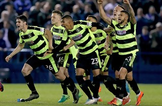 Huddersfield rykker i PL efter vild afslutning