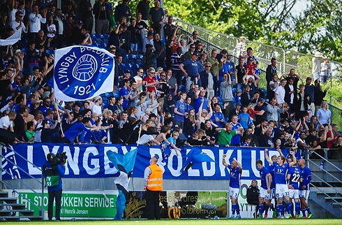 Ung midtbanemand ophæver med Lyngby