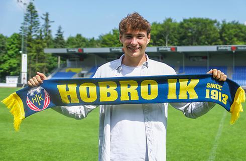 Ung Hobro-spiller forlænger Wolves-ophold