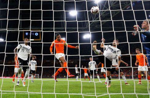 Van Dijk headede Holland foran i tysk kollaps