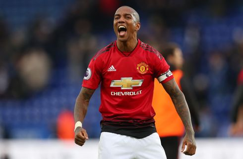Ashley Young forlænger i Manchester United