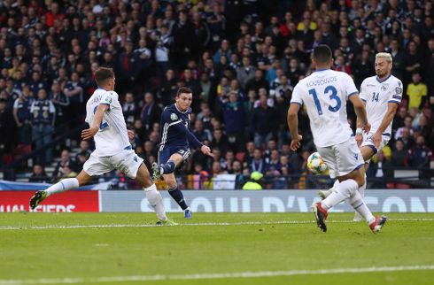 Skotland triumferede efter Robertson-drøn