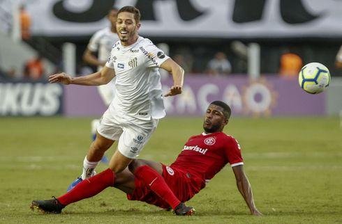 Lyon snupper brasiliansk midtbanemand